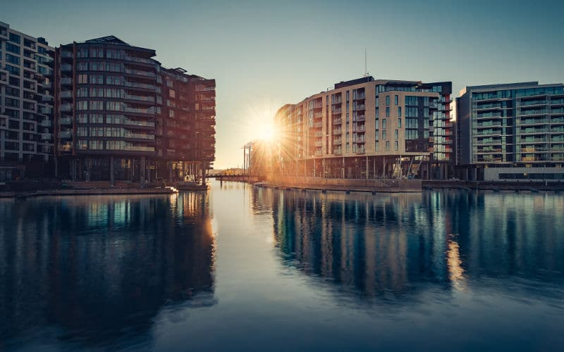 Bilde tatt av vår fotograf Marcin Ptak, soloppgang bak bygninger